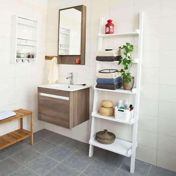 Echelle de rangement blanche, stickers salle de bain contemporaine, aménagement pièce d eau