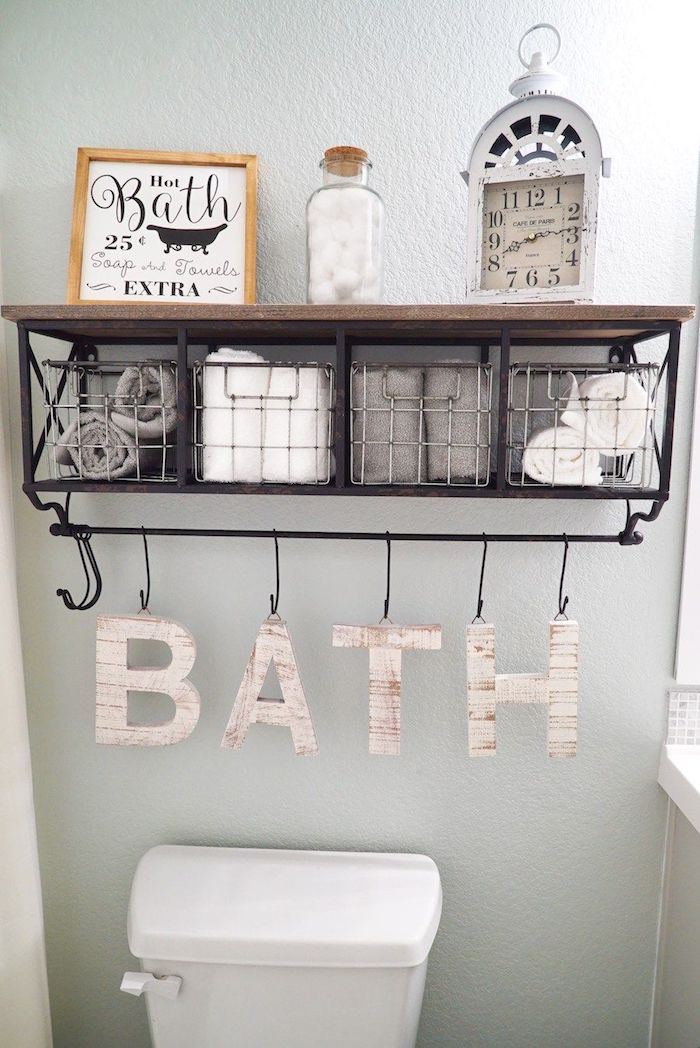 Étagère salle de bain deco, inspiration salle de bain avec baignoire, rangement joli écriteau bath lettres en bois