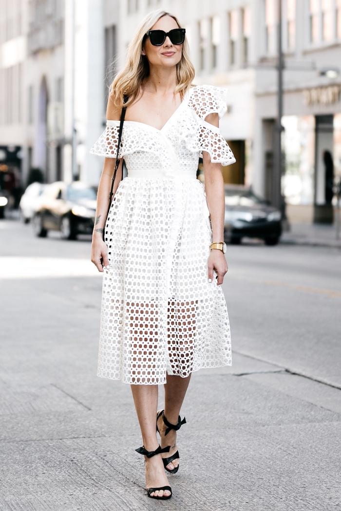 modèle de robe longueur genoux blanche avec décolleté et épaule dénudée, idée de tenue mariage femme 50 ans