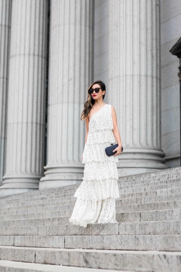 exemple de robe de soirée chic et tendance longue avec volants et col asymétrique, idée accessoires pour une tenue blanche