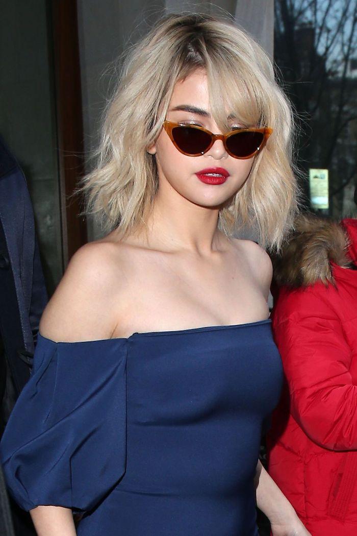 Selena Gomez lunettes de soleil modernes inspirées par le style des années 90, tenue année 90 inspiration rétro look femme, tenue de jour