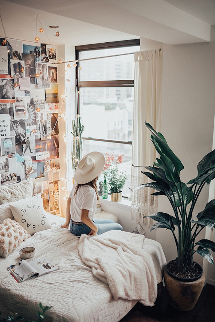 Idée chambre hippie chic, tableau de visualisation sur le mur avec images et citations, plante verte haute intérieur, idée pour plante dans une chambre