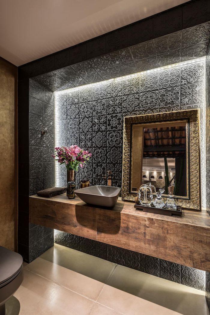 Mur noir carrelage style mediterranean, miroir doré, modele de salle de bain tendance, toilettes et bains moderne