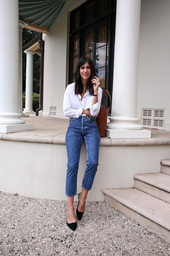 Femme moderne en jean et chemise blanche, vetement vintage femme, tenue année 90 idée tenue friends
