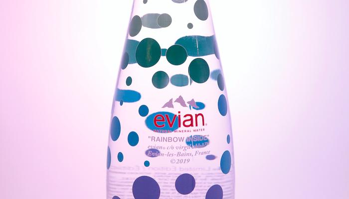 Evian consolide son partenariat avec son directeur créatif avec l'arrivée d'une nouvelle série de bouteilles en série limitée 3.0