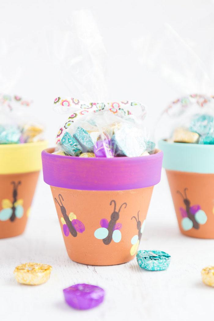 cadeau fete des meres a faire soi meme avec empreintes de doigts pour faire motif papillon, bonbons à l interieur, objet recup deco