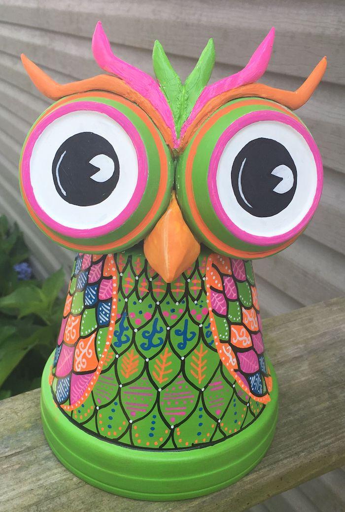 hibou coloré fabriqué dans pot de fleur avec des soucoupes en guise des yeux, decoration de jardin a faire soi meme