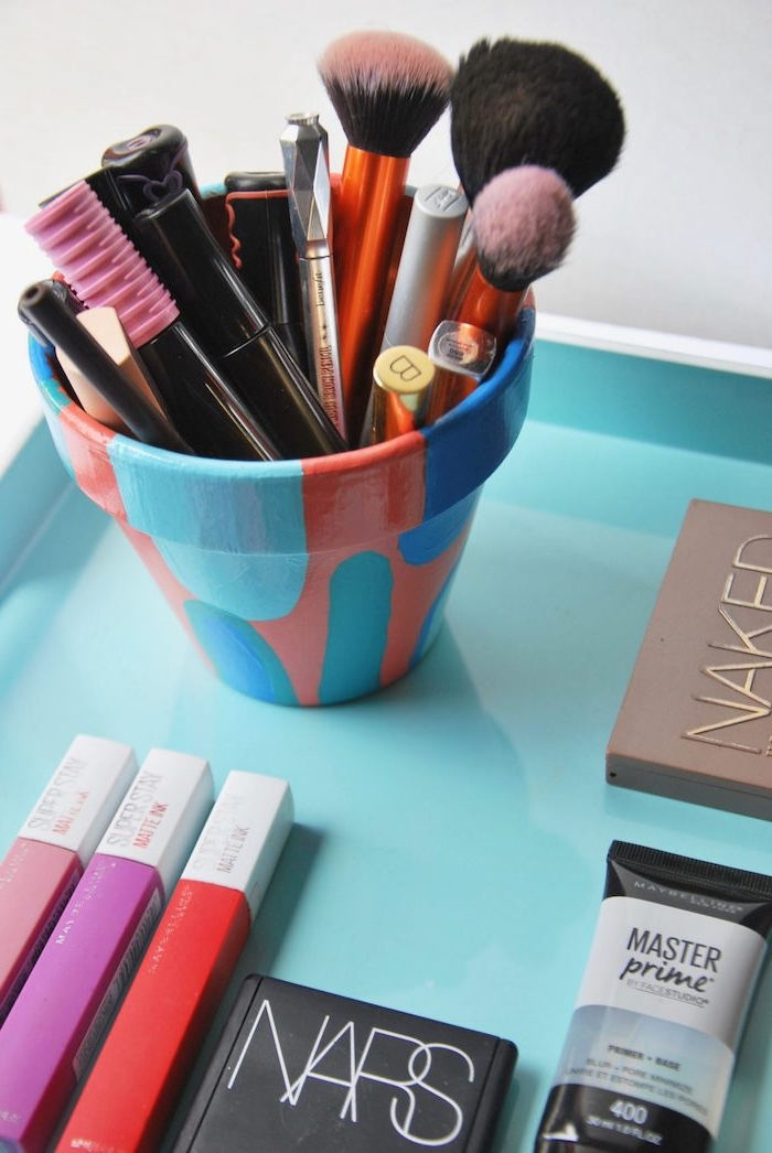 des touches de peinture sur pot de terre pour customiser rangement maquillage diy original