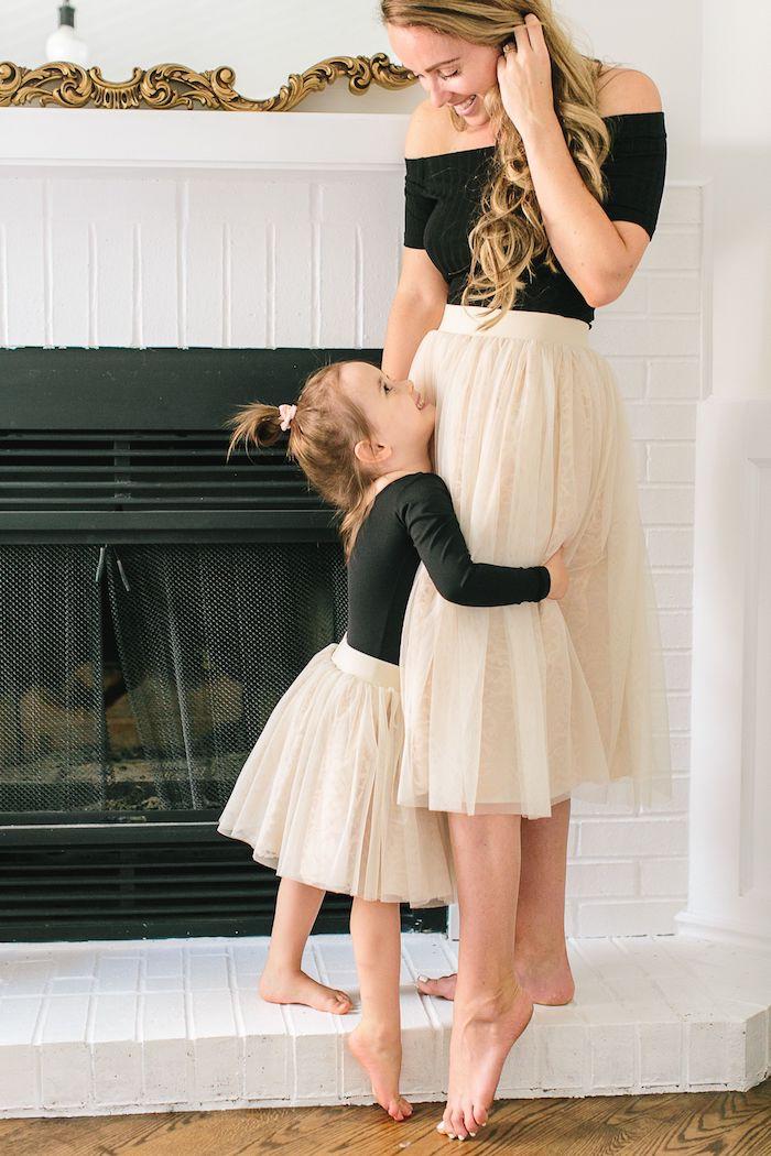 Top noir épaules dénudées femme, jupe tulle beige, idée robe deux pièces mere fille, bien habiller sa petite fille comme soi