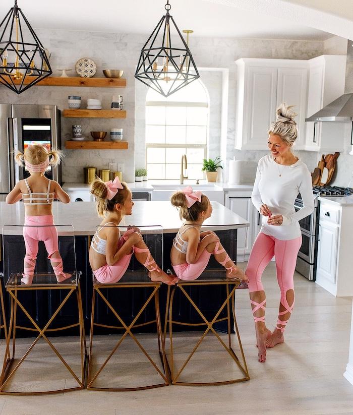 Mère et ses trois enfants prêts pour faire di sport, idée tenue tendance mini moi avec vetement mere fille assorti