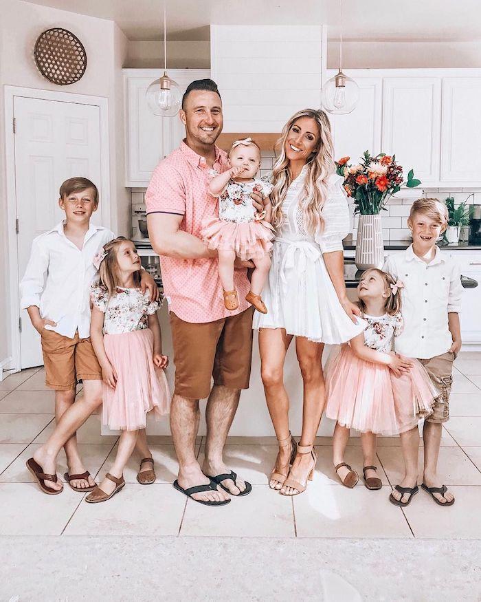 Famille tenues coordonnées, idée vetement mere fille assortie et père fils, belle robe mere fille assortie