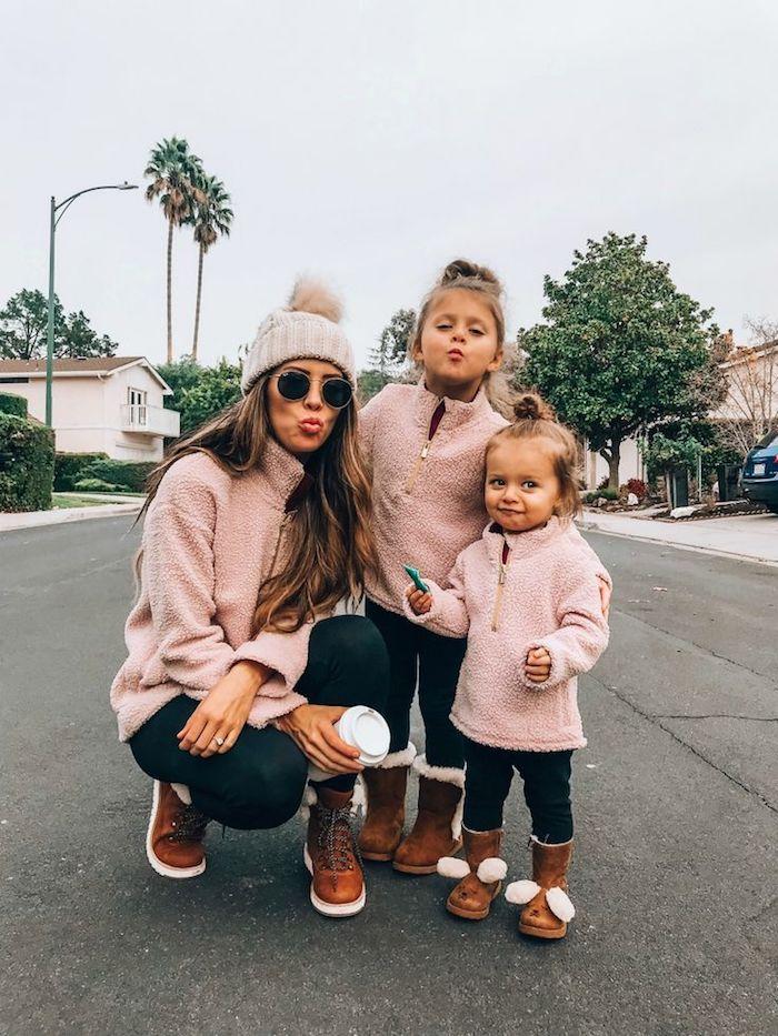 Mère et ses deux filles en survetements roses fausse fourrure et jean noir, idée ensemble mere fille chic tenue