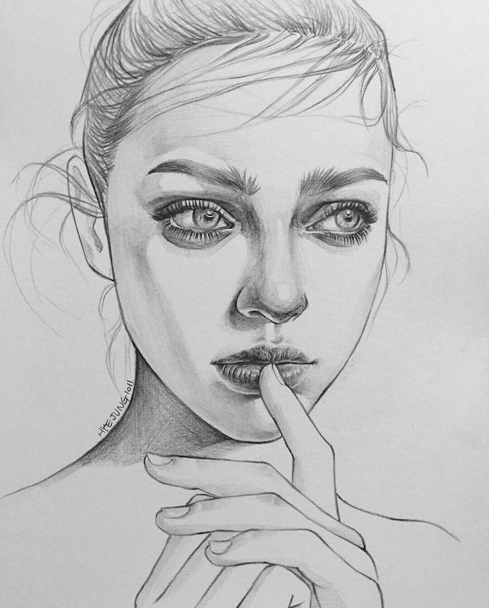 portrait femme au crayon simple, cheveux attachés en chignon, des gros yeux clairs, petite bouche et nez proportionnel