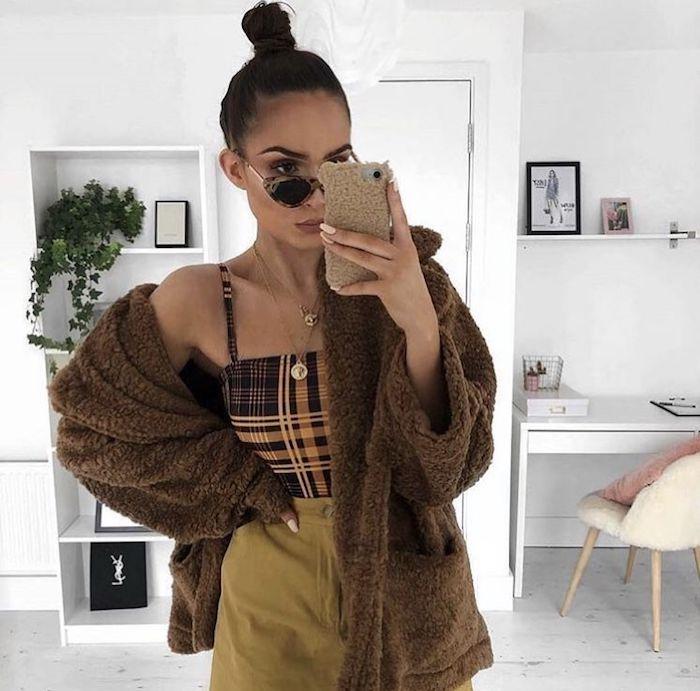 Fausse fourrure moderne veste inspirée par la mode annee 90, les éléments clé à adopter pour ses tenues