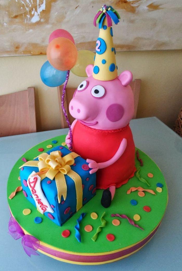 Grande figurine de cochon rose en pate a sucre, gateau peppa pig, deco gateau peppa pig beau design de gateau