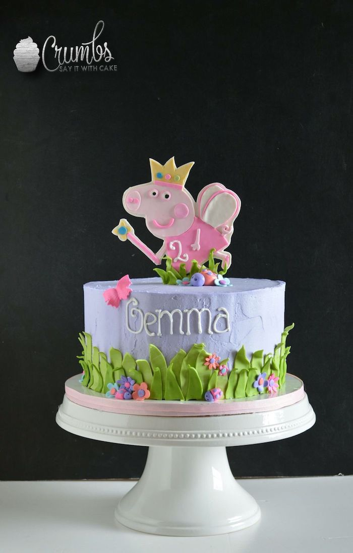 Adorable gateau anniversaire peppa pig violet avec peleuse verte à la base, gateau anniversaire enfant