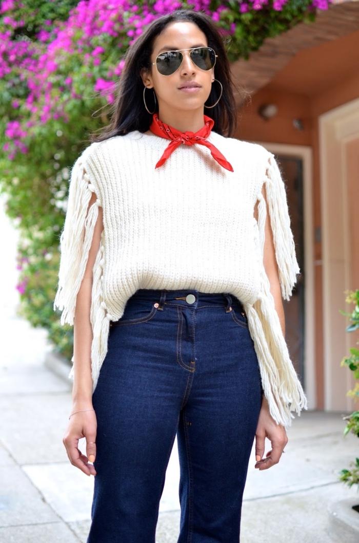 comment bien s'habiller de style année 70 femme, tenue en jeans taille haute avec blouse en crochet blanche et foulard rouge