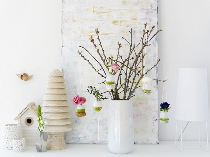 bricolage de paques pour adultes, exemple comment faire une jolie décoration pour la fête des Pâques avec bouquet de branches