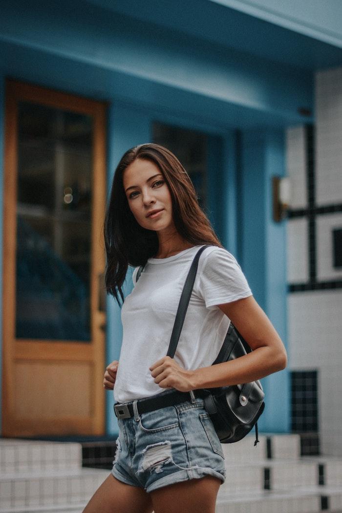 Blanche t shirt et jean short, tenue année 90 les tendances qui se répètent aujourd'hui