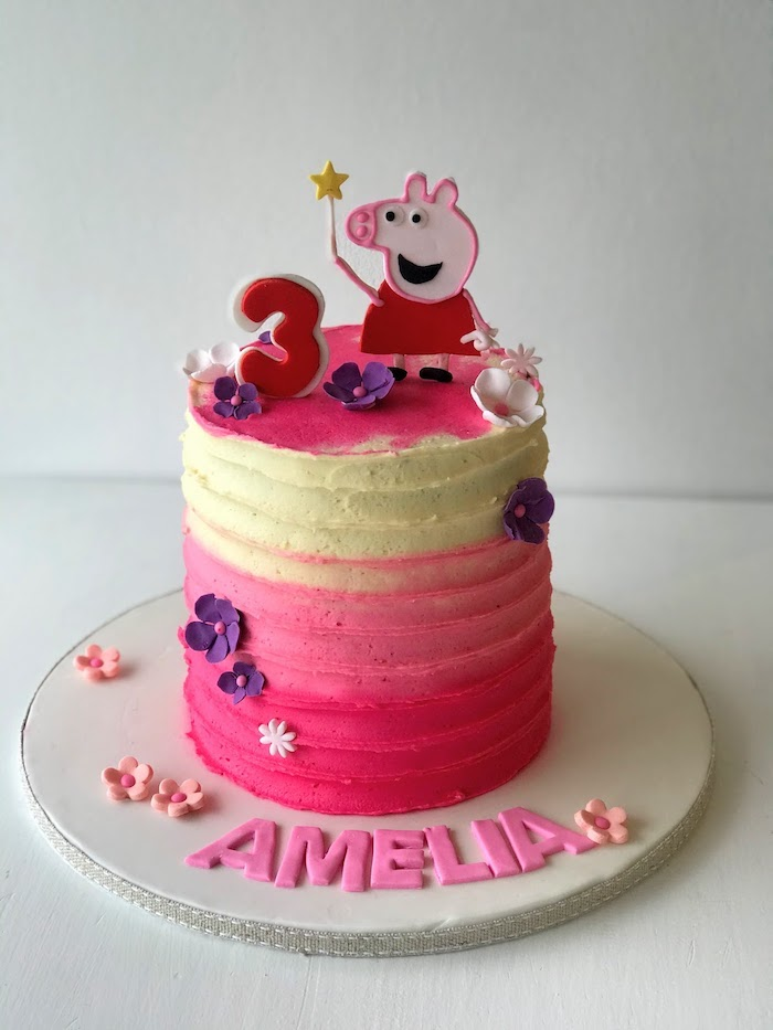 Idée déco gateau figurine 2d cochon rose avec robe rouge, dessin peppa pig, gateau anniversaire peppa pig,