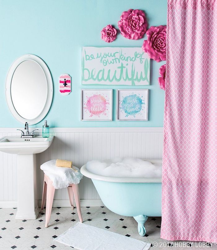 Mur bicolore blanc et bleu claire, rideau rose et roses plastiques sur le mur, décoration murale salle de bain, inspiration salle de bain