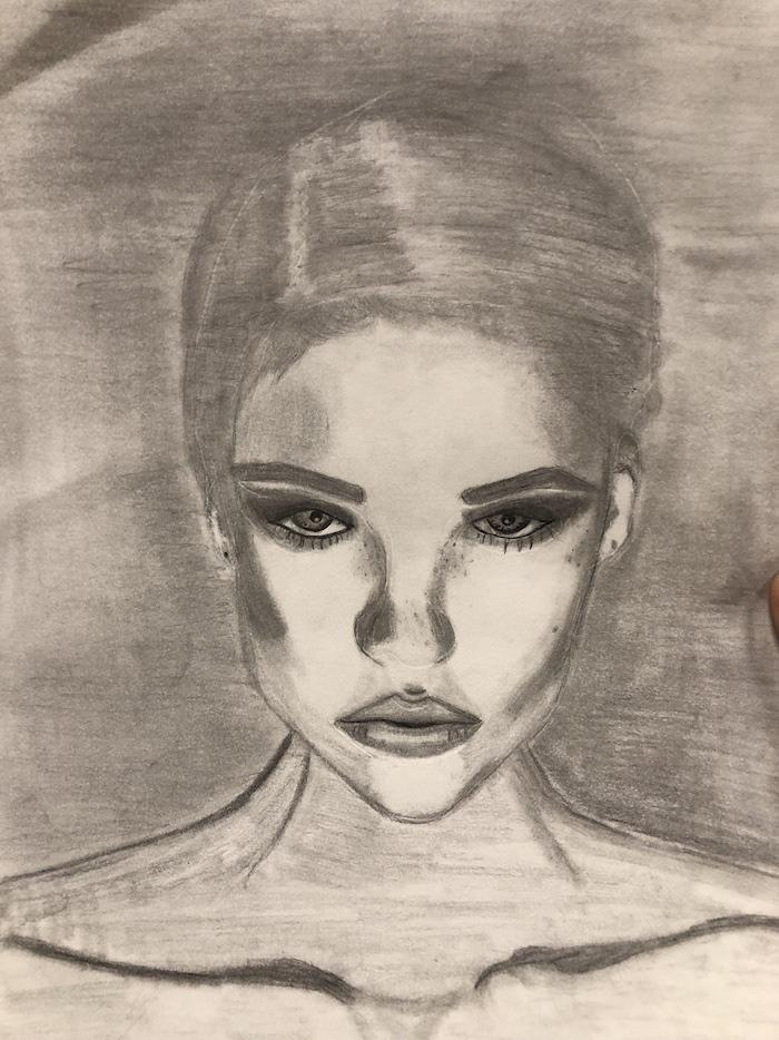 fond de dessin gris, femme aux cheveux gris attachés en arrière, des yeux et bouche soulignés, idee dessin artistique