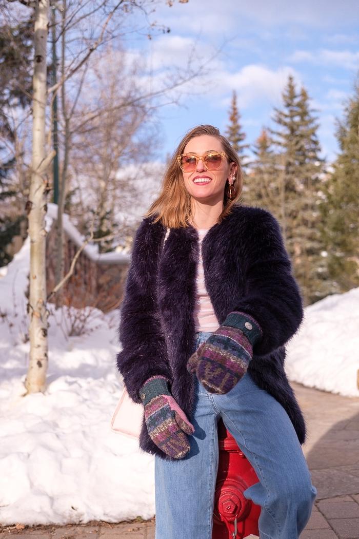 look année 70 en jeans évasés et blouse rose avec manteau en fourrure violet, idées accessoires mode femme rétro chic