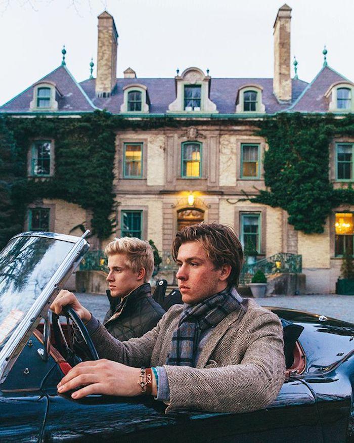 Belle maison géante, idée s'habiller classe et attirer les regards, vêtements stylés rétro voiture deux garcons