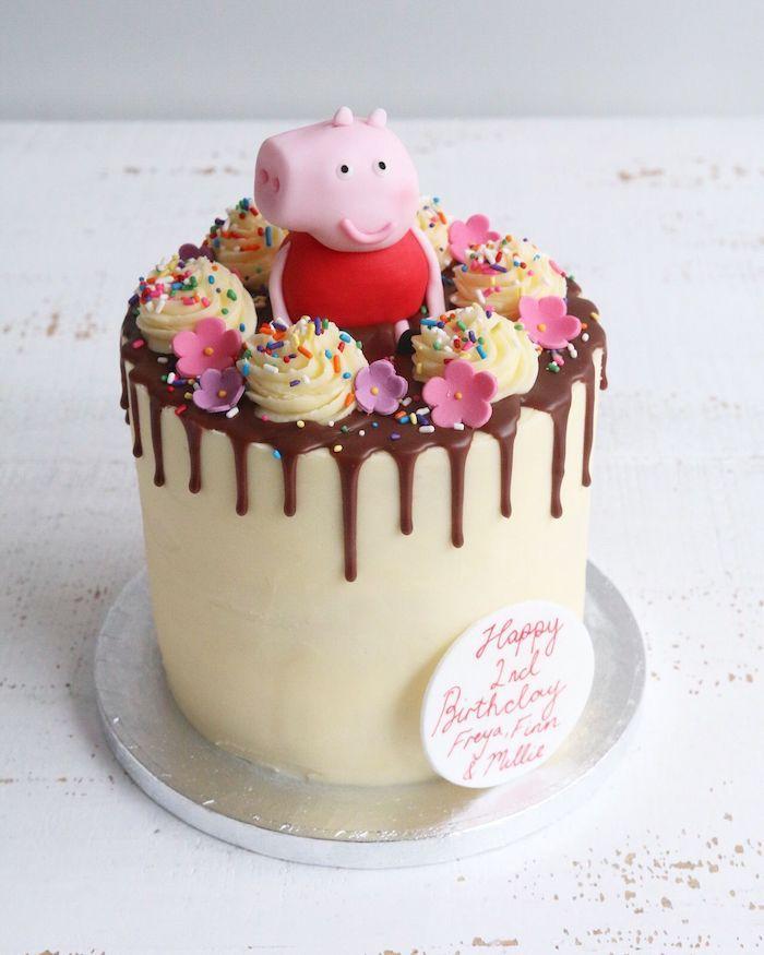 Chocolat fondant sur le gateau haut avec figurine de cochon en top, image gateau anniversaire, gâteau peppa pig en ganache