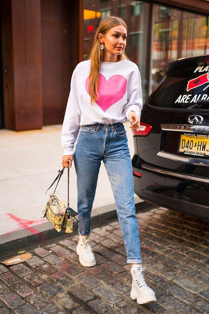 Gigi Hadid blouson blanc coeur, jean mom style, bottines femme blanc tendance 2020, tenue vintage femme, style vestimentaire année 90 image femme
