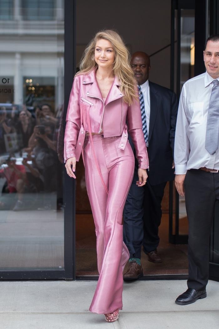 look disco année 70 pour femme, vision chic de Gigi Hadid en pantalon évasé et veste en cuir de couleur rose