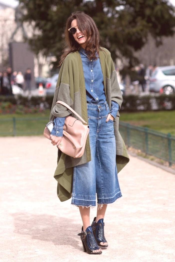 idée de tenue année 70 en pantalon et chemise denim avec gilet long en vert kaki et bottines en cuir de couleur noir