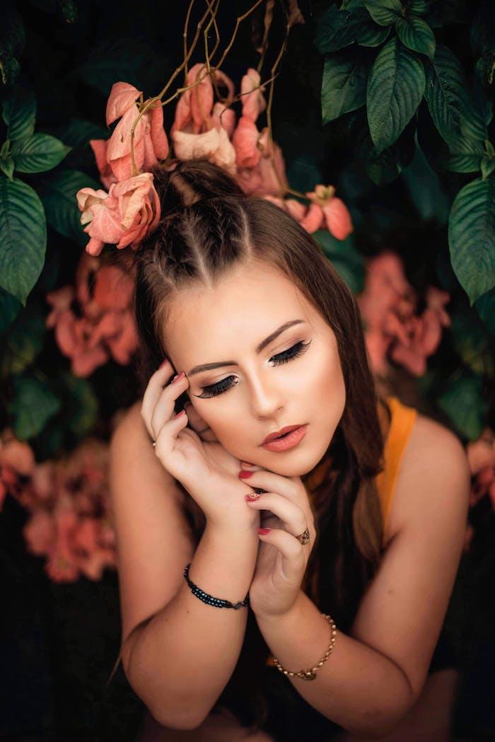 tendance maquillage 2020, glass skin, idée nouveauté maquillage visage glowy effet satiné avec blush sur les pommettes et les joues