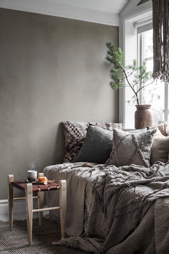 Gris mur et lit double, plante pour chambre, plante interieur dépolluante verte, toit blanc et plante dans vase