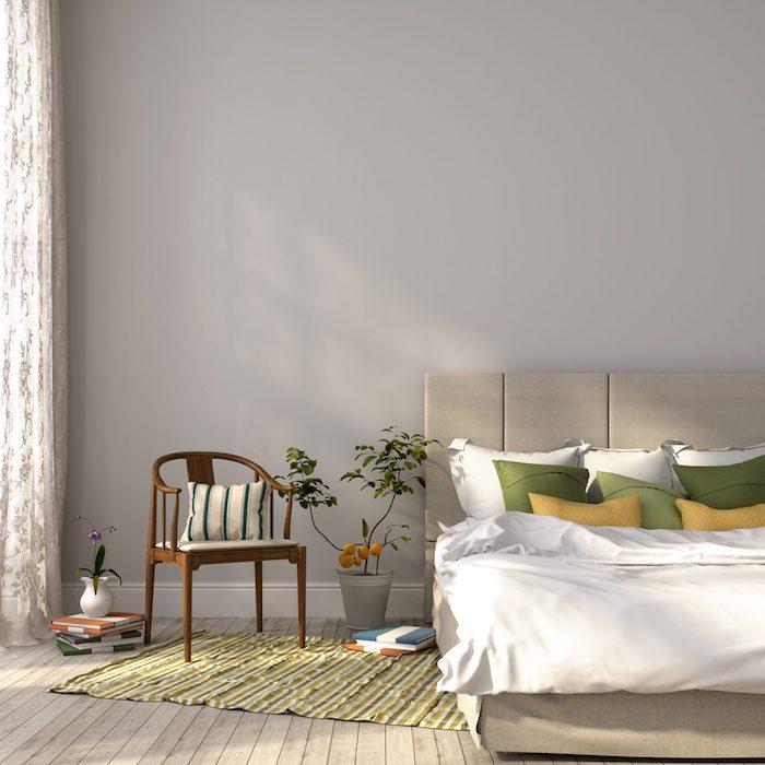 Tapis verte rayé, idée plante d'intérieur, inspiration plante d'intérieur haute déco, lit double en tissu tete de lit, chambre gris déco