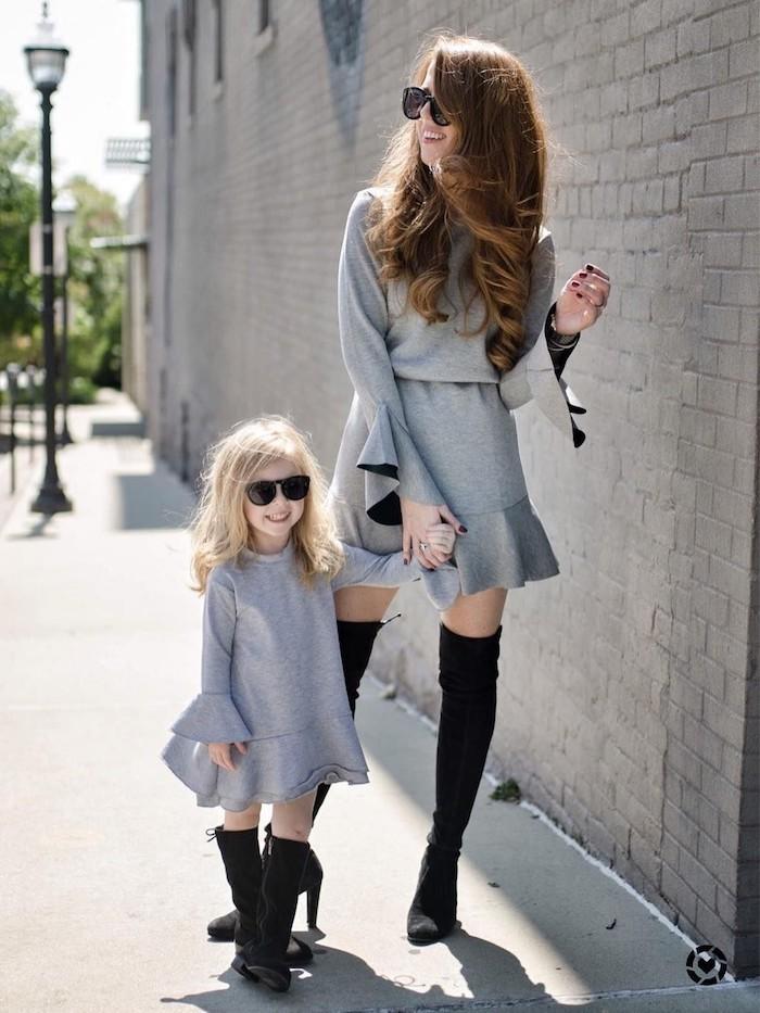 Comment porter des tenues coordonnées avec ses enfants, idée robe gris courte, vetement maman fille, tenue complete fille maman