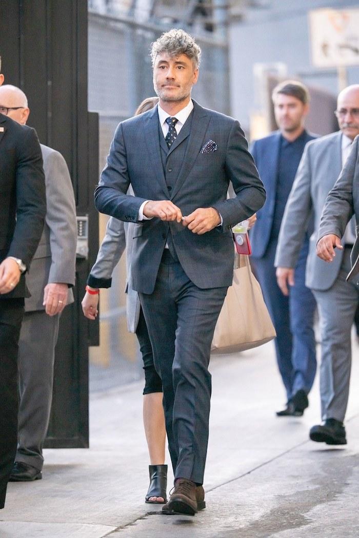 Costume gris trois pièces look homme élégant, tenue classe pour homme casual style