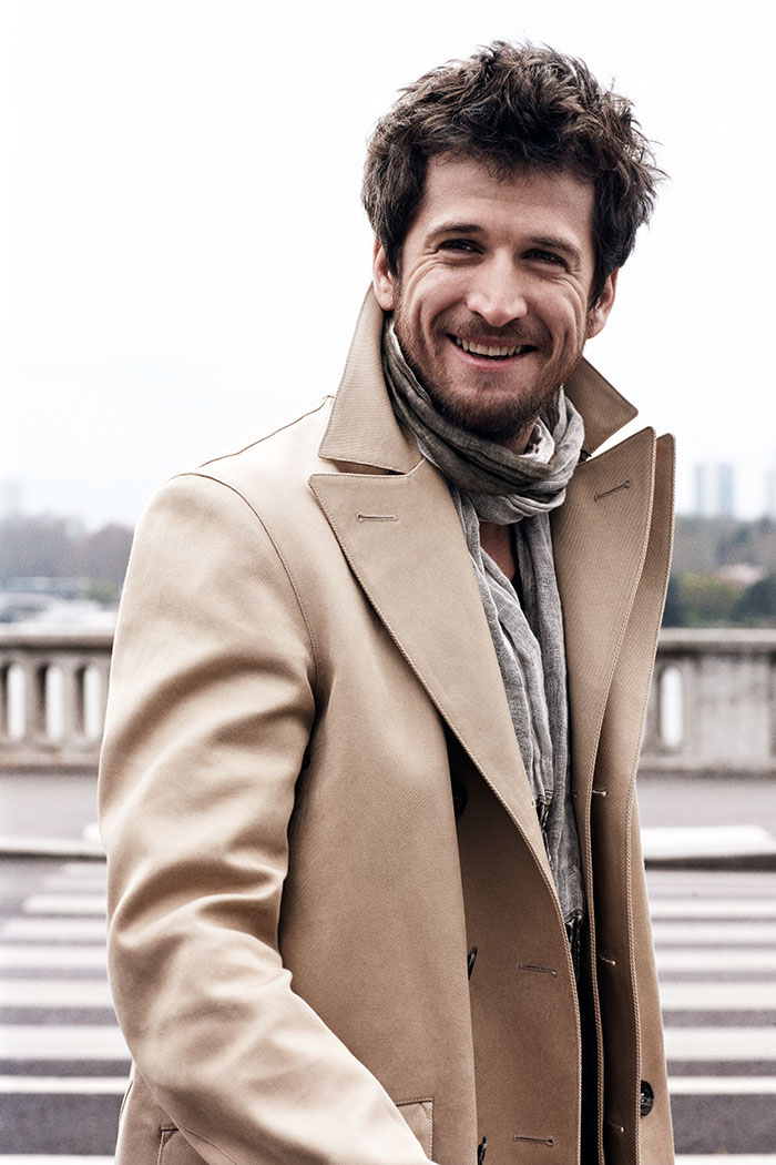 Guillaume Canet casual style, tenue classe pour homme classe moderne manteau camel grand sourire