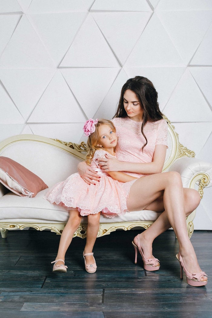 Rose robe dentelle trapeze pour la fille et rose robe courte pour la mère, tenue classe femme, idée de tenue pour mère et fille