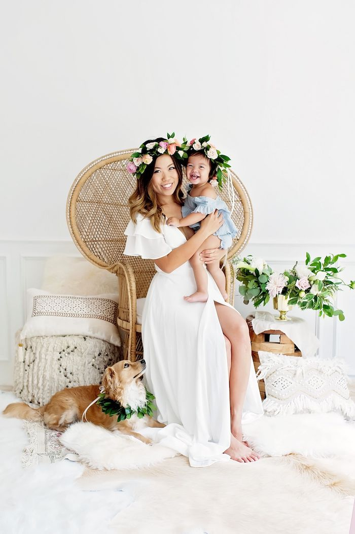 Couronne de fleurs d'été, les plus beaux look mère fille tenue chic femme moderne maman en robe blanche longue fendue et fille robe meme style different couleur