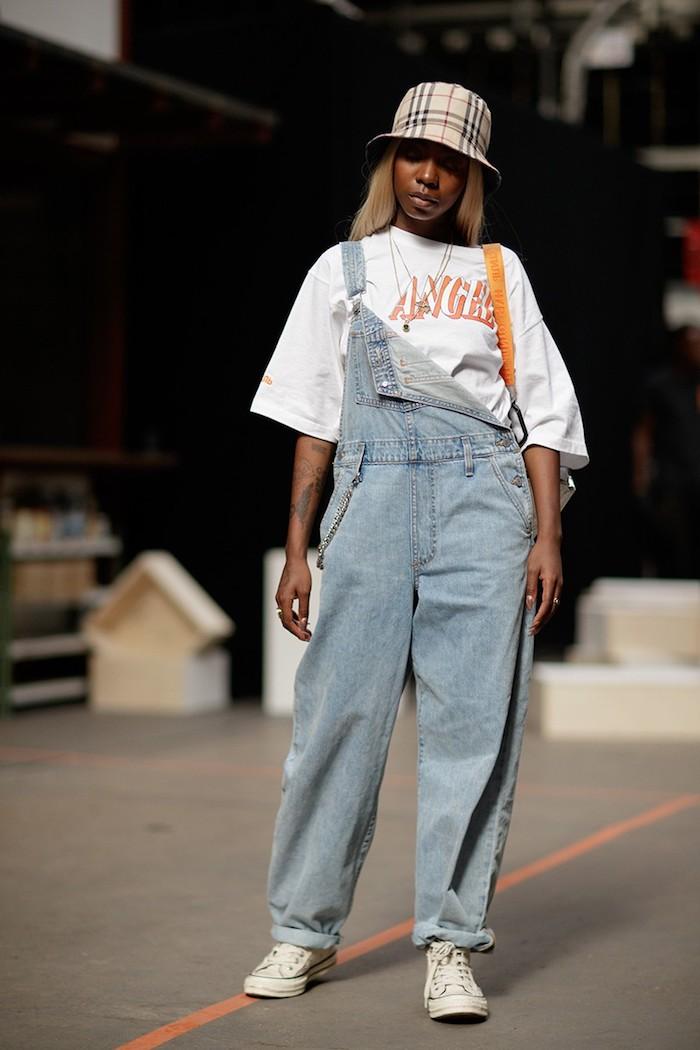 Salopette et t-shirt blanche, tenue avec basket vetement année 90, mannequine tenue vintage femme inspiration