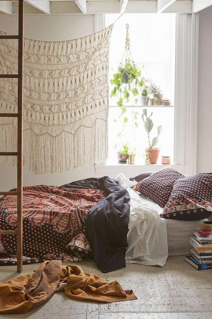 Hippie chic chambre à coucher, matelas sur le sol, livres rangées autour, echelle en bois, plantes dépolluantes, deco jungle chambre boheme chic