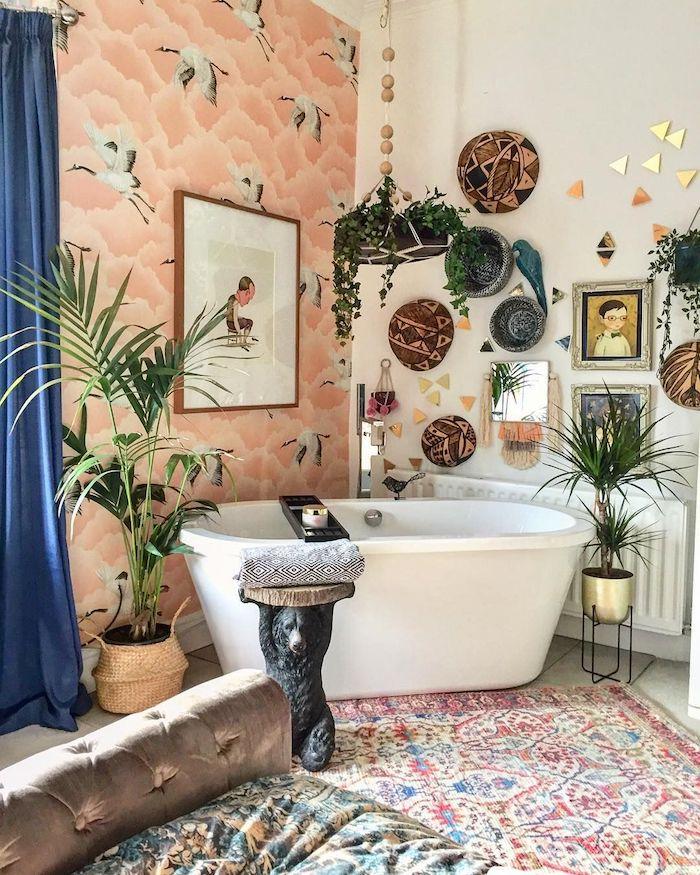 Deux murs différentes, papier peinte rose, mur peinture blanche décoré de différent éléments exotiques, les plus belles salles de bain, inspiration salle de bains moderne