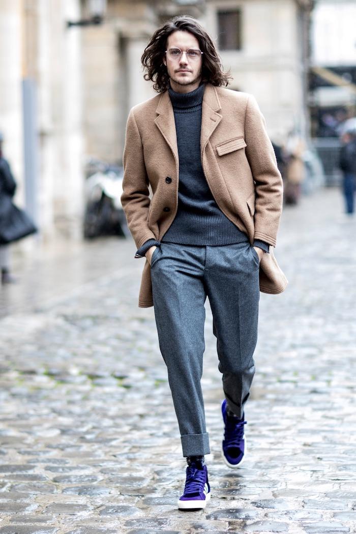 Manteau camel mi-longue idée vetement homme classe, look homme casual style, pantalon carotte gris
