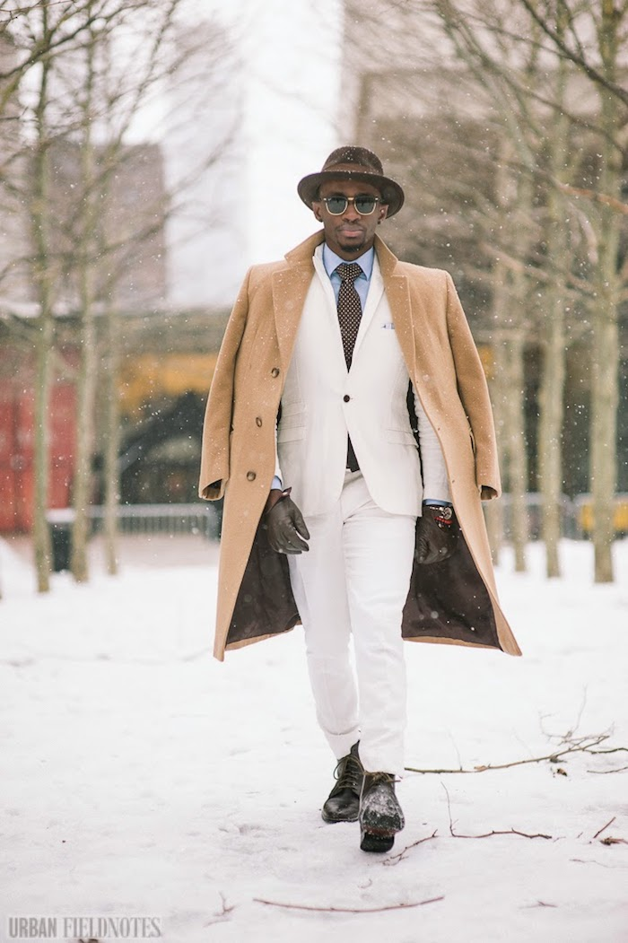 Homme tenue hiver élégant costume blanc et manteau beige, comment bien s'habiller, tenue classe homme beauté neige