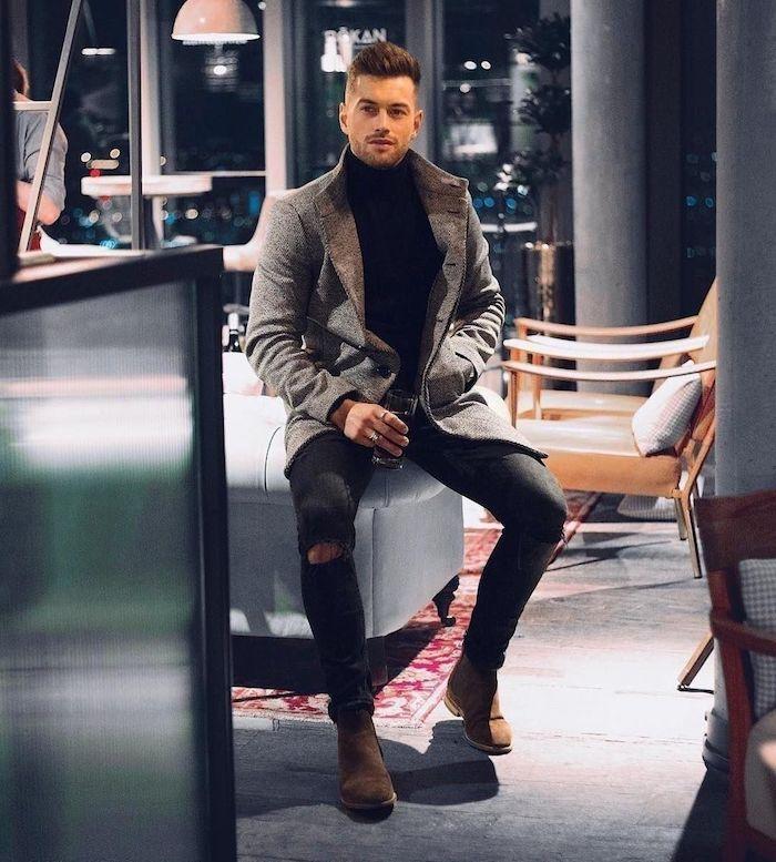 Intérieur moderne, homme avec verre dans la main, look homme 2020, tenue classe homme la meilleure idée