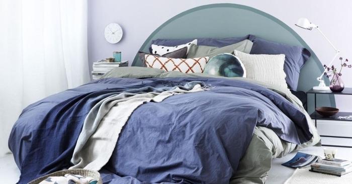 exemple comment décorer une pièce blanche avec accents en bleu et vert, fabriquer une tete de lit originale en couleur vert