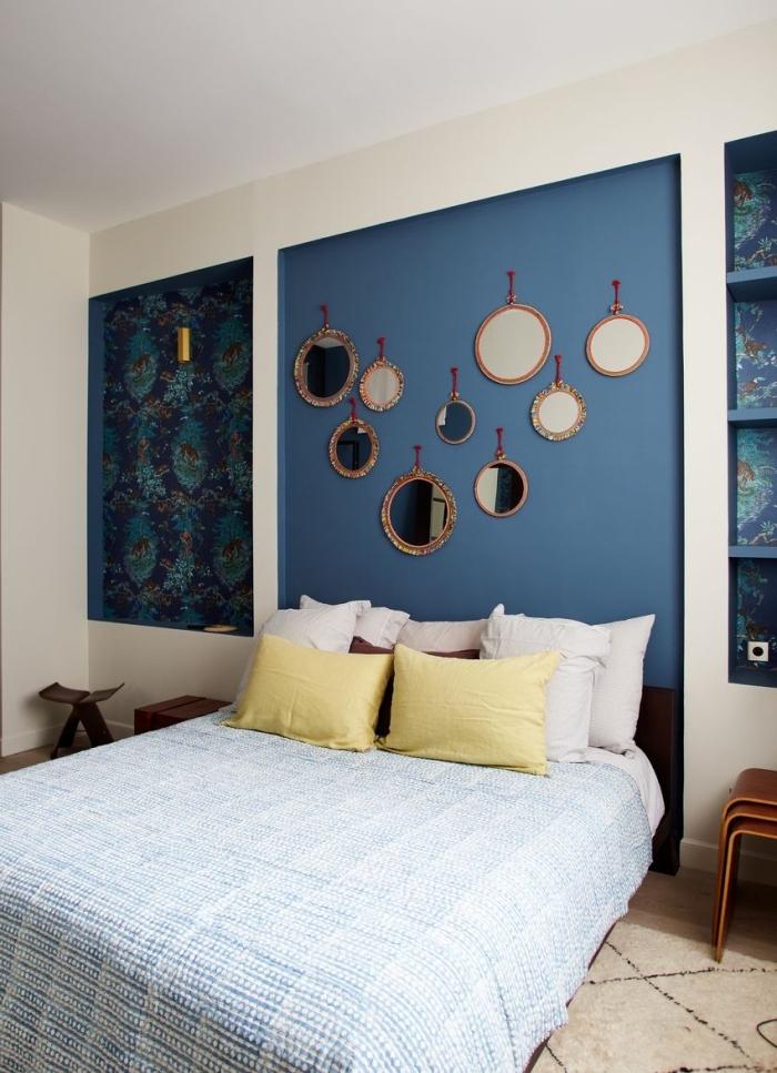 modèle de tete de lit a faire soi meme avec peinture bleue tendance 2020, design chambre adulte en blanc et bleu