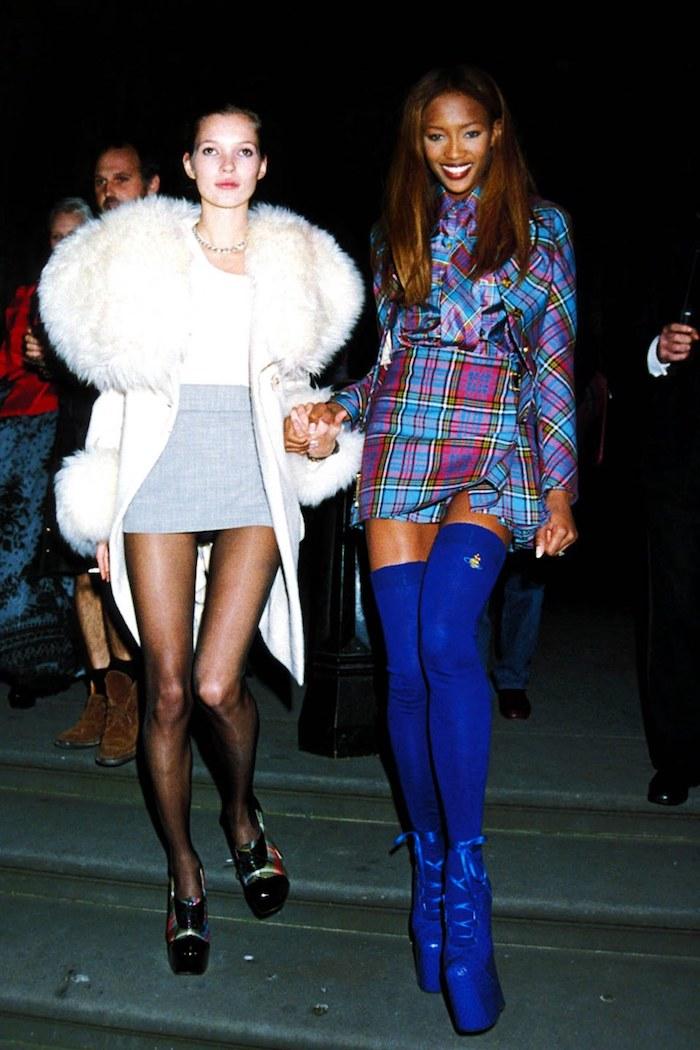Long manteau blanc avec partie haute en fausse fourrure, look années 90 pour soirée, s'habiller bien au style années 90 femme célèbre