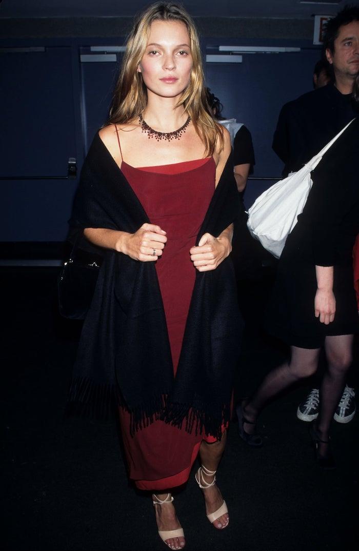 Kate Moss en robe rouge accessoires années 90, comment s'habiller années 90 femme bien habillée